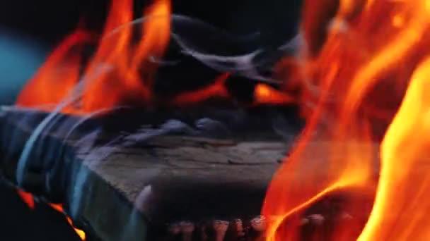 Lakování a spalování nebezpečný požár. Hořící dřevo. Zpomalený pohyb