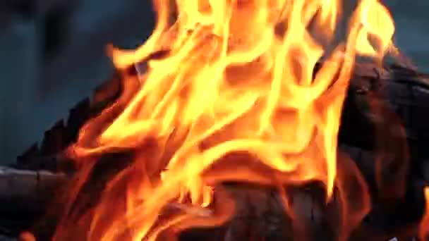 Lakování a spalování nebezpečný požár. Hořící dřevo. Bonfire. Symbol domeček se šipkou.
