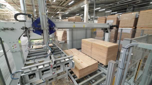 Výroba podlah, parket, zpracování. Moderní vybavení závodu. Roboti v průmyslové výrobě.