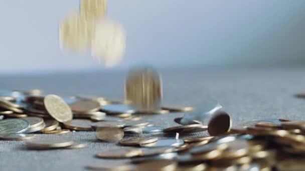 Mnoho mincí v rukou mužů. Zpomalený pohyb