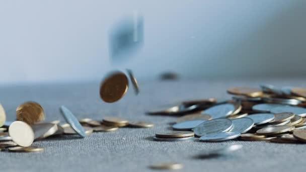 Detailní zpomalené shození mince