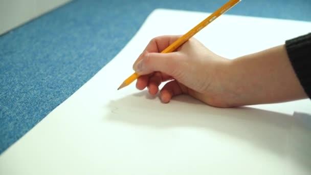 Fiatal nő megtanulja, hogy dolgozzon. Művész ceruzával.