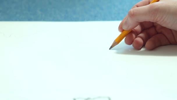 Női kézzel, ceruzával vázlatfüzet. Fiatal nő megtanulja, hogy dolgozzon.