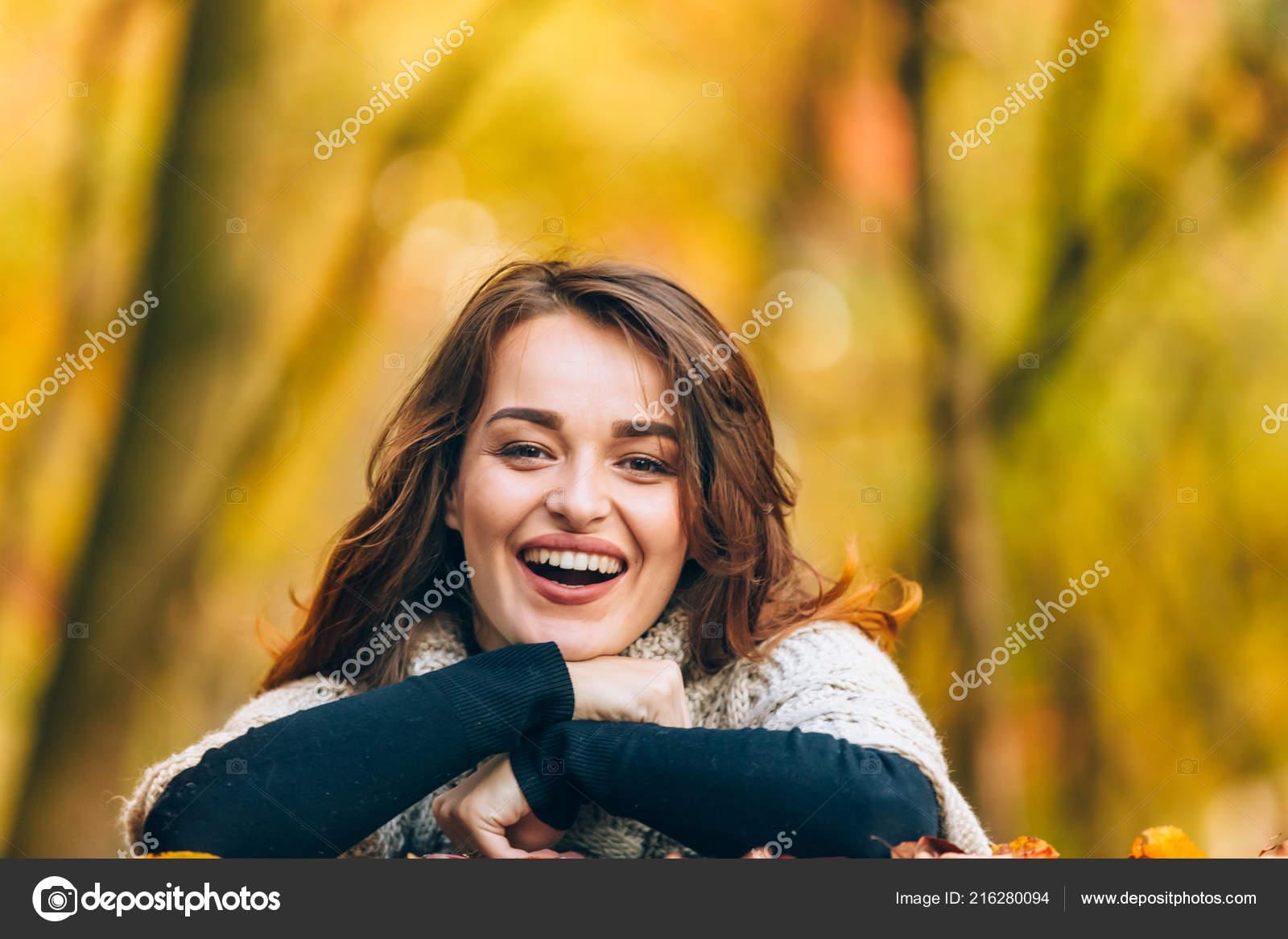 como serch verdadero negocio ahorre hasta 80% Hermosa Mujer Ropa Abrigo Ríe Parque Fondo Los Árboles Otoño ...
