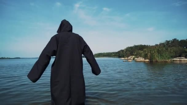 Hrozná čarodějnice v černém plášti ve vodě venkovní
