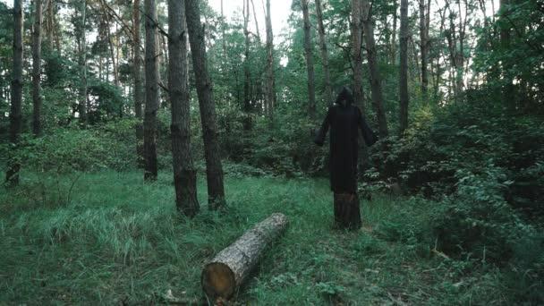 Zlá čarodějnice v houští lesa. Halloween kostým
