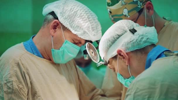 In der Operation. Medizinisches Team bei der Operation im Operationssaal des Krankenhauses. Arbeiten mit chirurgischen Instrumenten.