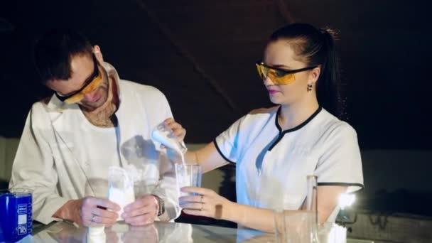 Vědec provádí experimenty s chemickými činidly. Proces vytvoření léčivý přípravek. Lékařské vědecké přístroje