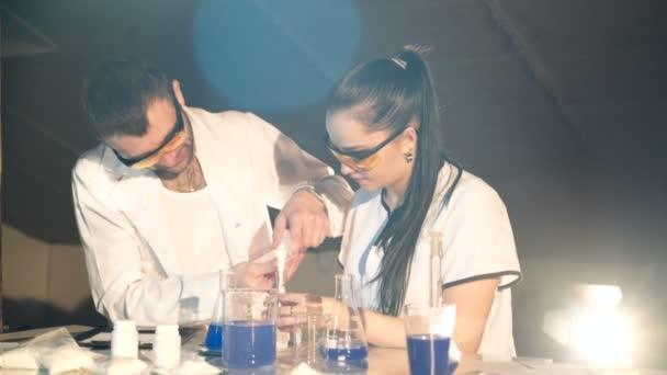 A kémiai laboratóriumi vizsgálatok. Vegyészek vizsgáljuk meg a folyadékot a lombik. Fogalmát, a tudomány