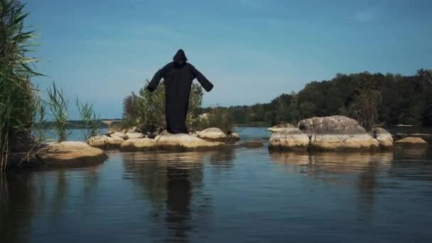 Hrozná čarodějnice na břehu řeky. Mystika Halloween