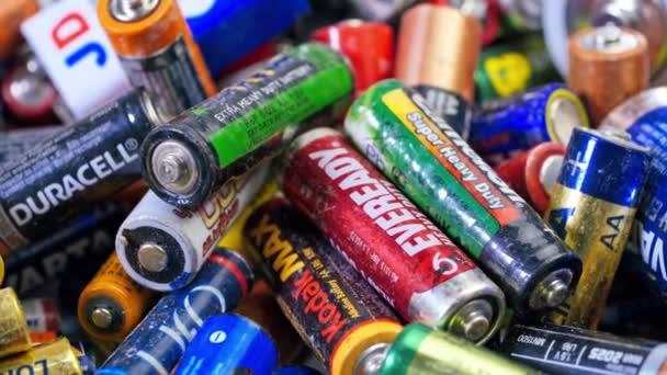 Egy csomó használt lúgos elem újrahasznosítására. Hulladék, gyűjtés és újrafeldolgozás, nagy környezeti veszély