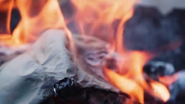 Plamen při pálení papíru v ohni