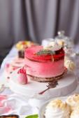 Krásné těsto. koláče a makronky. Sweet dovolená bufet s koláčky, koláče a jiné sladké dezerty