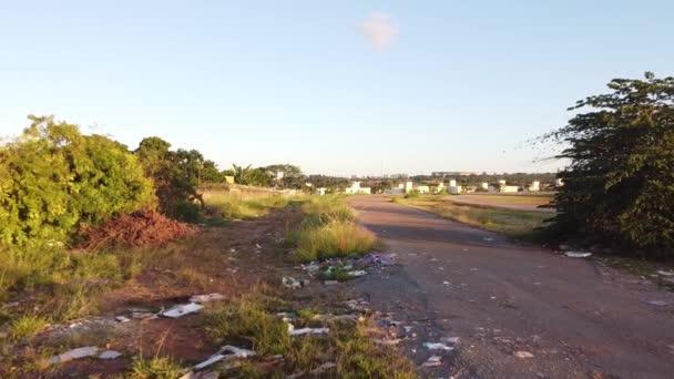 Brasilia, Brasilien 21. Mai 2020: Müll, der illegal auf einem Feldweg im Norden der Stadt Brasilia, in der Nähe des Burle Marx Parks, abgeladen wurde