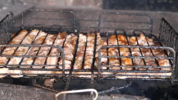 Grillezés csirke Bbq. grillezett csirke a grill. Főzés, szalonnasütés a csirkehús