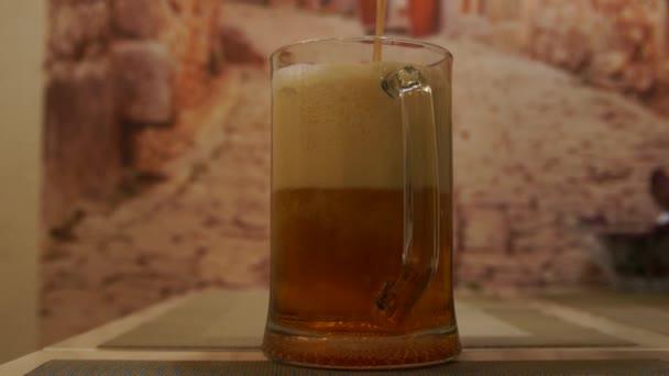 Ömlött a sör. Könnyű hideg sör. Kézműves sör. Egy korsó világos sör