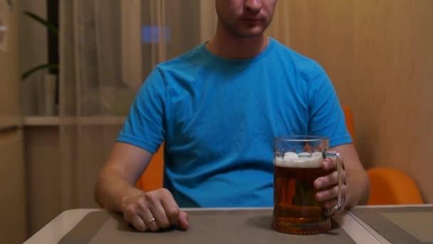 Az ember iszik sört. Könnyű hideg sör. Kézműves sör. Egy korsó világos sör