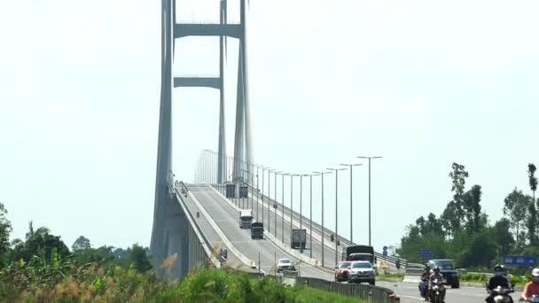 Dong Thap, Vietnam-leden 17, 2019: provoz na mostě v Cao Lanh, který se ráno zdržuje v Mekongské řece, spojuje město Cao Lanh a Lap vo, Dong Thap, Vietnam