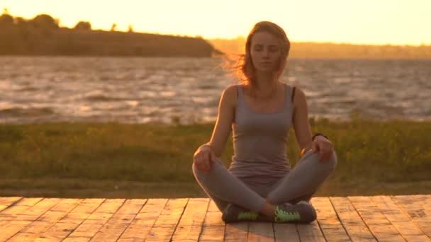 Egészséges nő, meditál, Lótusz póz
