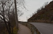 Questa immagine mostra una svolta della strada con un pendio sul lato destro