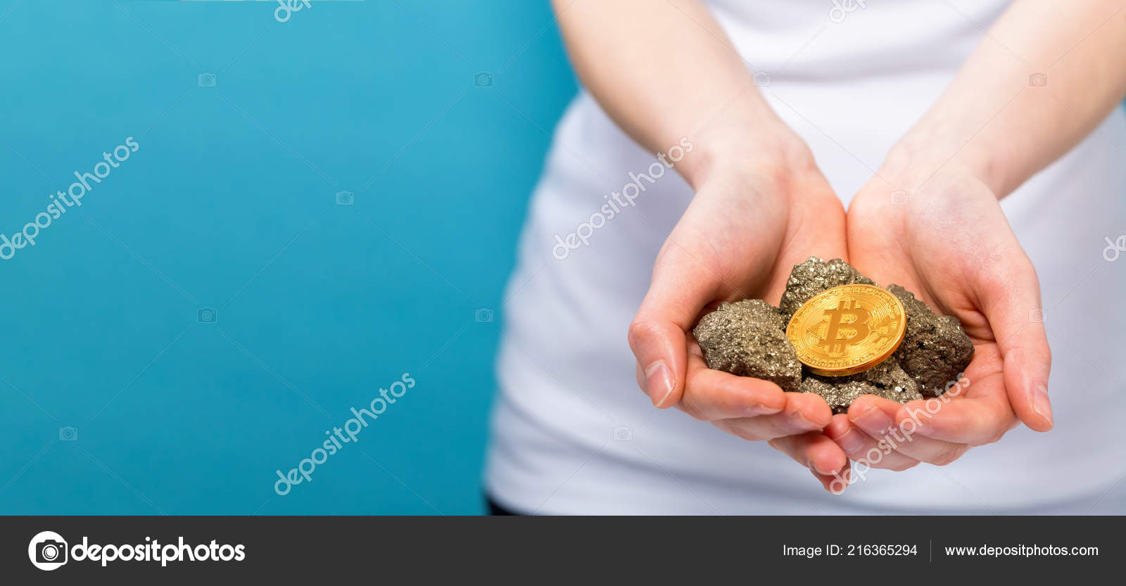 Woman with a bitcoin with raw gold nuggets — Stock Photo