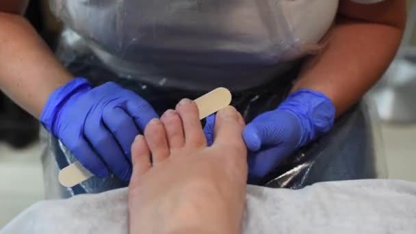 Prozess der professionellen Pediküre im Salon. Konzept von Schönheit und Gesundheit.