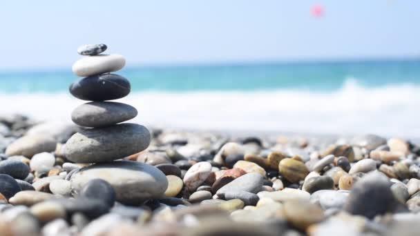 pyramida kamenů u moře. vyvážené kameny.
