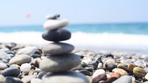 piramis kövek a tenger. kiegyensúlyozott kövek.