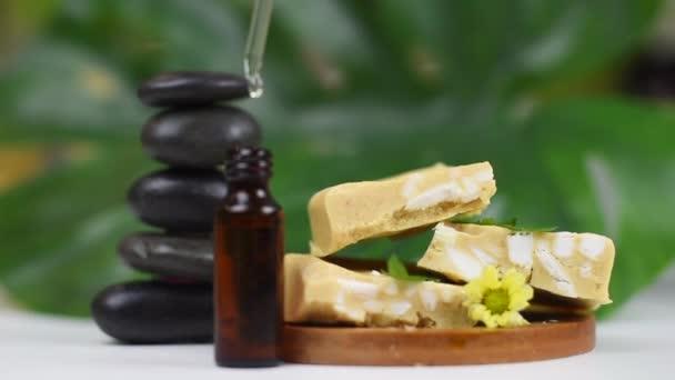 ruční mýdlo z mačkání mýdla, pyramida z kamene a oleje, koncept lázní a self-péče doma