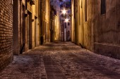 Photo Imola, Bologna, Emilia Romagna, Italy: narrow dark alley in the old town - street at night in the Italian cit
