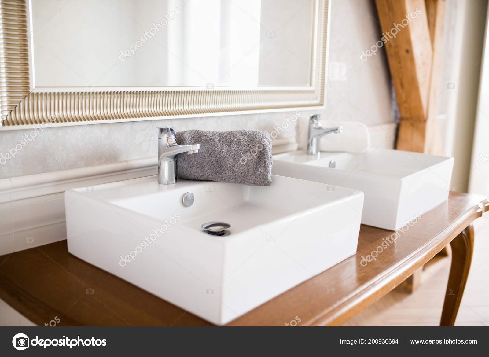 Zwei Weiße Waschbecken Vintage Stil Loft Bad — Stockfoto © djedzura ...