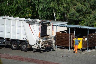 Çöp kamyonu ve işçiler çöp topluyor..