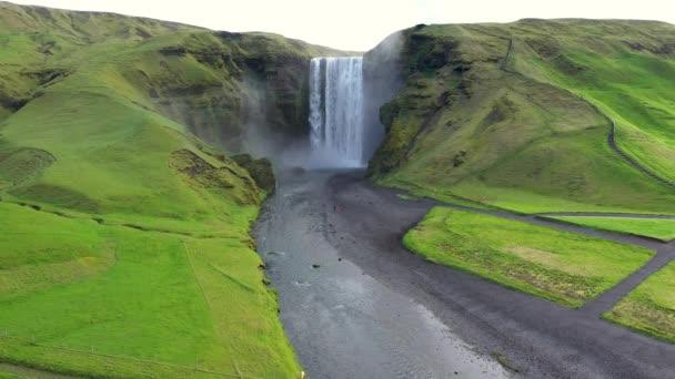 Vzdušný výhled na vodopád Skogafoss na Islandu, jedna z nejznámějších turistických atrakcí a orientačním bodem v zemi