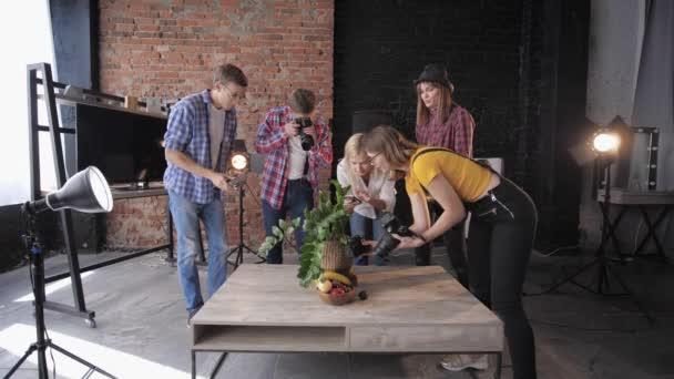 Fényképész-val profi fényképezőgép és mozgatható telefon fog mozi-ból gyümölcs és virágok-ra készlet-ból Fénykép Műterem használ softboxes