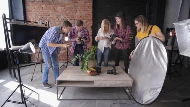 stúdió fotózás, professzionális csapat fényképek gyümölcsök és Vintage kamera asztalon háttérvilágítás berendezések során mesterkurzus