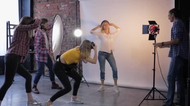 Aufnahmeprozess, kreative Spezialisten mit Slr-Kameras fotografieren schöne Modelle im Fotostudio