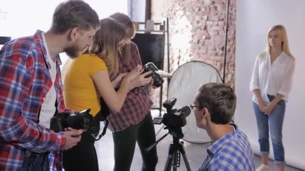 Foto-Workshop, Fotografenkompanie diskutiert Installation der Slr-Kamera während der Ausbildung des professionellen Studios