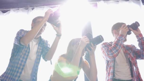 fotografia hobby, fotografi scattare foto con fotocamere digitali in studio fotografico professionale