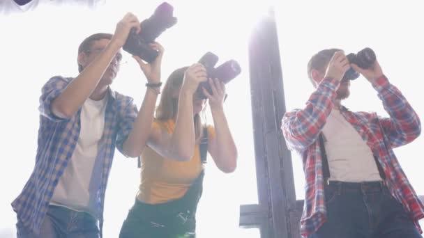 professioneller Fotoworkshop, junge Kameramänner fotografieren mit Slr-Kameras im Studio während eines Seminars für Fotografen