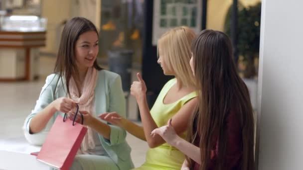 firemní shopaholics dívky se mohou pochlubit novým nákupem v balíčcích z drahých butiků v sezóně prodeje a slev
