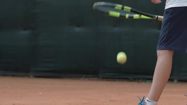 ütő tenisz labda, profi fiú teniszező dobja labdát, és veri egy ütő a levegőben a pályán