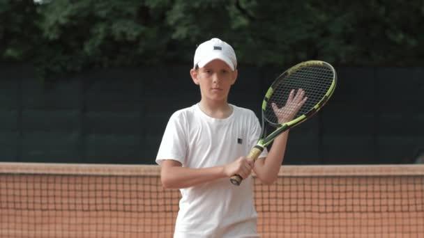 portrét teenagera tenisty s raketou v rukou soutěžního ducha na dvoře