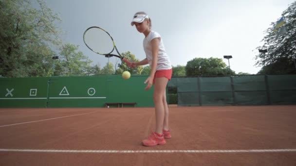 tenis hra, ambiciózní sportovní hráč dospívající dívka bít raketu na míč na profesionální červené hřiště během turnaje na otevřeném prostranství