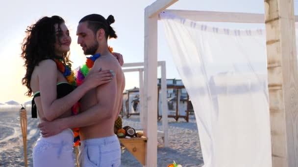 romantischer Tanz junger Paare am Strand, Flitterwochen der Verliebten auf tropischen Inseln,