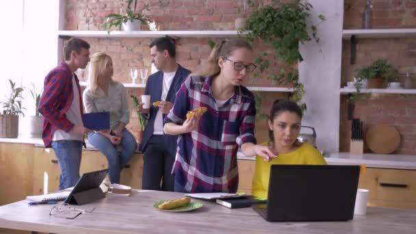 irodai csapat sikeres fiatal üzleti partnerek esznek és dolgoznak tabletta és laptop a konyhában létrehozása során az új kreatív projekt irodai