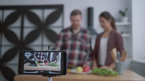 kulinářský internet vlog, bloggeři žena a muž učit předplatitele vařit zdravé jídlo ze zeleniny pro normalizaci hmotnosti a wellness, zatímco smartphone záznamy live tutorial video