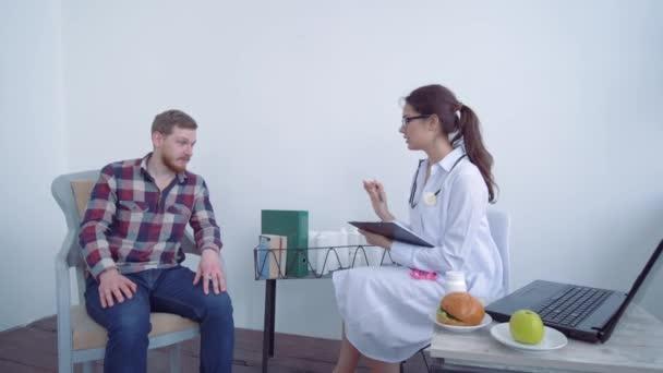 Gesundheitsversorgung, junger Patient berät sich mit Arzt über Gewichtsverlust und richtige Ernährung und misst mit Maßband