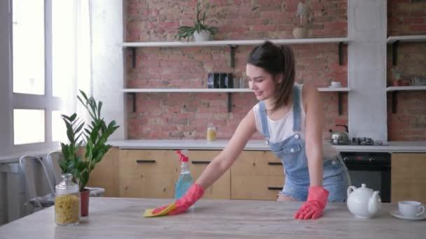 domácí rutiny, usměvavá hospodyňka v gumových rukavicích pro čištění gumy špinavý nábytek s chemií