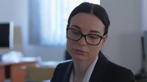 Apathie, unglückliche Geschäftsfrau denkt über etwas nach, während sie im Büro aus nächster Nähe arbeitet