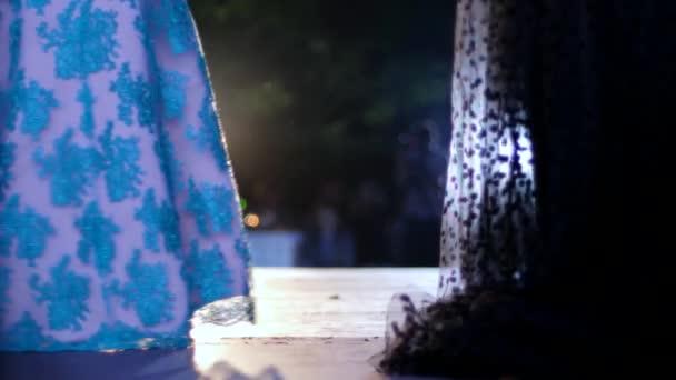 defile modelli in elegante abito da sera lungo in passerella con faretti luminosi